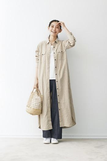 素朴な風合いのシャツワンピなら、おうちスタイルに羽織るだけでかっちりし過ぎないお洒落を実現してくれます。白いTシャツとスニーカーが秋口に爽やかです。