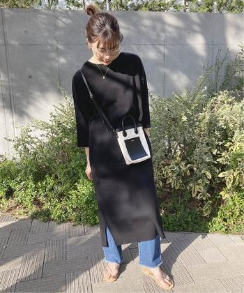 黒のシンプルな七分袖ワンピースに、デニムパンツをレイヤードしたコーディネート。ロング丈の七分袖ワンピースは一枚でもサラッと着こなせますが、あえてワイドパンツなどを重ね着したスタイルはトレンド感抜群。寒さ対策にもなるので、秋の終わりごろまで着まわせます。