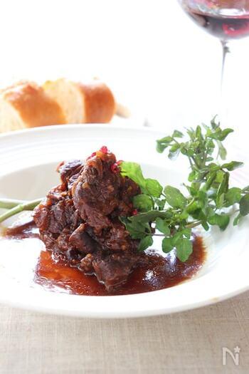 マーマレードの風味爽やかな、牛すね肉の煮込みレシピ。焼き色を付けた牛すね肉と、赤ワインと水を同量、マーマレード、しょうゆ等を圧力鍋に入れ強火で加熱、圧力がかかったら弱火にして20分で出来上がりと肯定もシンプル。圧力鍋が初めての方にもおすすめです。