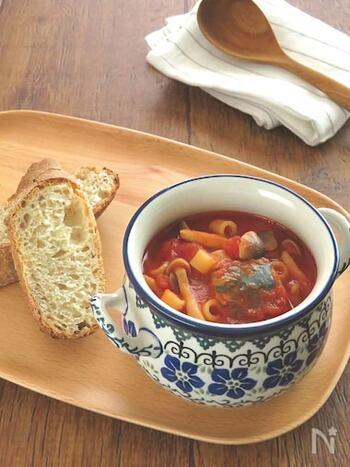 こちらは、コンソメ・にんにく・塩こしょうで味付けした、さばの水煮・しめじ入りのトマトスープパスタ。「ディターリリーシ」というマカロニのようなショートパスタ入りで、腹持ちがいいですよ。もちろんパスタを入れずに、スープとしていただいても美味しいです。
