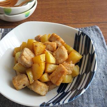 タレを最後にからめて味付けする「まぐろとじゃが芋のうなダレ甘辛煮風」。具材は素揚げするだけで、あとはうなぎのタレと和えれば完成です。煮物は少しハードルが高いですが、これなら甘煮風の味付けが簡単にできますよ。