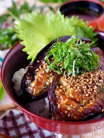 茄子はレンジで加熱してから焼くことで時短になり、とろとろに仕上がります。また茄子は油を吸いやすい食材ですが、レンジを使うことで最小限に抑えられヘルシーに。ダイエット中の方にもおすすめです。