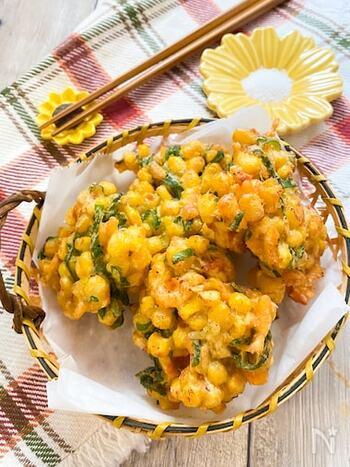 少量の揚げ物には、卵焼き器がおすすめ。少ない油で調理できるのがうれしいですね。桜海老とコーンのかき揚げは、シャキシャキのコーンの食感がたまりません。