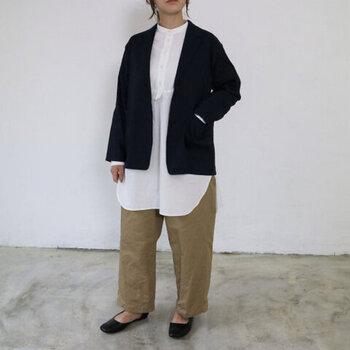 ベージュのワイドパンツに、白のロング丈ブラウスを合わせた着こなし。ネイビーのジャケットを羽織ることで、ナチュラルなコーディネートをきっちりスタイルにアップデートしています。シューズや小物を変えればオフィスカジュアルとしても使えるので、オンオフで活躍してくれるスタイリングですね♪