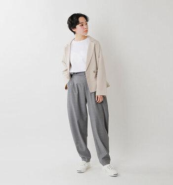 グレーのゆったりパンツと白Tシャツに、ベージュのジャケットをプラスしたスタイリングです。足元はスニーカーをチョイスして、ジャケットをとことんカジュアルに着こなしています。オン使いのジャケットをプライベートでも着まわしたい方にもおすすめのスタイリングです。