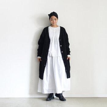 白のシャツに白のスカートを合わせて、黒のロングカーディガンを羽織ったスタイリング。足元も黒のシューズで、ナチュラルなテイストの着こなしです。白の分量が多めのスタイリングなので、モノトーンコーデでも重たい印象になりません。