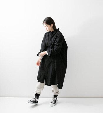 黒のシャツワンピースに、白のパンツをレイヤードしたスタイリング。黒の靴下に白黒のスニーカーで、カジュアルなモノトーンコーデに仕上げています。足元は靴下をグッと上げて、存在感を演出。