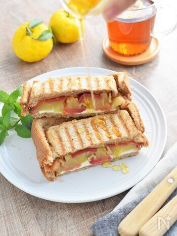 朝食やおやつに!甘いハチミツとリンゴ。そしてクリームチーズのハーモニーが病みつきになる一品。ソロキャンプでもオシャレに楽しめるカフェメニューは覚えておいて損のないレシピです。