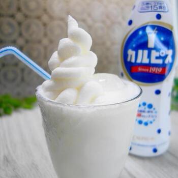 カルピスと牛乳で作るラッシーに、カルピス味のアイスをプラスして作る冷たいドリンク。シェイクの様な冷たいドリンクに仕上がるので、お子様にも喜んでもらえそうですね。フードプロセッサーを使わなくて良いのも◎なポイントです。