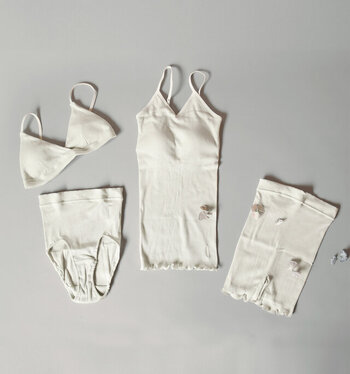 「me.(ミードット)」のスーピマコットンリブテレコシリーズ。肌触りの良いスーピマコットンを使ったリブ編みのテレコ素材は、伸縮性に優れ、肌に吸い付くようなフィット感があるという特徴があります。