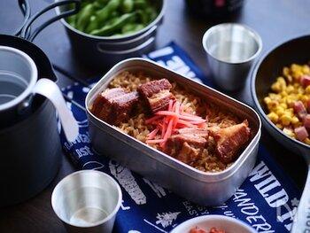 市販の豚角煮を使った炊き込みご飯。ほうじ茶で炊くことにより香り良く仕上がります。また、無洗米を使えばお米を研ぐ必要がないので、手間も掛からず時短で作れますよ。