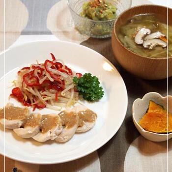 醤油麹を使って作る濃厚なごまだれは蒸し鶏との相性抜群。ごま油やお酢を合わせてよだれ鶏のタレに応用するのもよいですね。