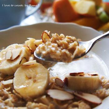 朝はフルーツ派の方も、オートミールを加えることでフルーツだけでは補えない栄養素を取り入れられます。ホットミルクなのでお腹にも優しく食べやすいところが◎砂糖不使用だけどバナナとメープルシロップの甘味が優しくて美味しい朝食レシピです♪