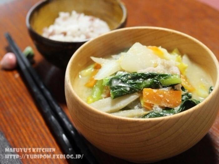 善玉菌を多く含んだ発酵食品もお味噌汁なら手軽に摂取することができます。お野菜と組み合わせて食物繊維もプラスできるので、具沢山のお味噌汁は1品だけでも栄養たっぷり。昆布水に生姜スライスを入れたこちらのレシピなら、身体がぽかぽか温まるって代謝アップにも効果的です♪