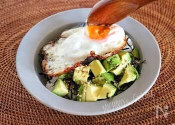「世界一栄養価の高い果物」とも言われるアボガドを使った簡単レシピ。和食にも合うアボガドは、海苔とお醤油を組み合わせてご飯にもよく合います。とろ〜り卵と一緒にいただけば、朝から美味しいごちそうレシピの完成です♪