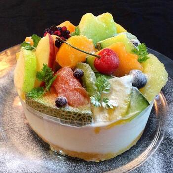カルピスムースで作るケーキは、見た目も鮮やか。お誕生日や記念日のケーキとしても活躍してくれそうですね。下のスポンジはなくてもOKなので、材料も意外に少ない嬉しいレシピです。