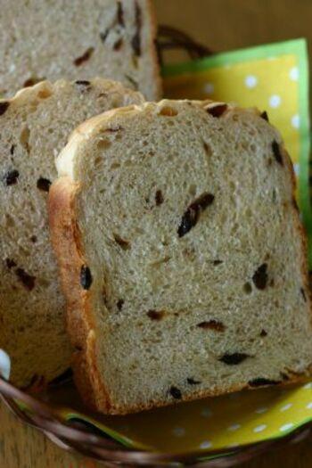 ぶどう味のカルピスにレーズンを入れた、ぶどうパン好きにはたまらないレシピ。焼きたては食べ過ぎ注意ですね!レーズンの量はお好みで調節してみてくださいね。