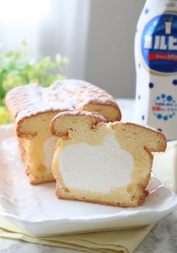 カルピスを入れた爽やかな生クリームがたっぷり入った生パウンドケーキは、何カットでも食べられちゃいそうなくらいふわふわ♡スポンジはカップに入れて作ってもOKです。フルーツなどを添えても美味しくいただけそうですね。