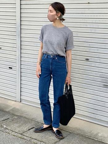 定番カラーのグレーのTシャツは、どんな色にも合わせやすいので一枚持っておくととっても便利!デニムと合わせるとカジュアルになるのが心配なときには、シューズやバッグをキレイめにチェンジしてみて。