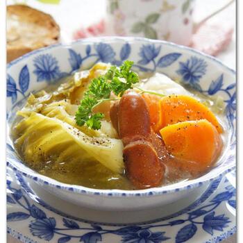たった5分中火で加圧するだけで、たっぷり野菜も摂れる具だくさんの野菜スープ。栄養満点で、しょうがやブラックペッパーなど身体も温まるので、エアコンで冷えた身体や気温差の激しい季節の変わり目にもおすすめのレシピです。具も大きめで食べ応え抜群。