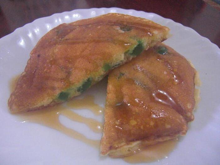 牛乳に代わりにカルピスを使って仕上げたパンケーキは、ヨーグルトの様な風味に仕上がります。カルピスはちょっと濃いめがおすすめ。カルピスに甘味があるので、シロップなしでも楽しめそうですね。