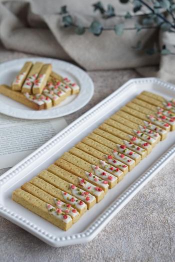 ピスタチオパウダーで作る、サクサクのショートブレッド。細長い長方形に切ることで、型がなくてもおしゃれに仕上がります。ホワイトチョコレートとフリーズドライのイチゴをトッピングすれば、色合いも満点。