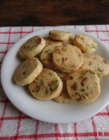 ピスタチオを粗く刻んで入れたナッティなクッキーです。ピスタチオの甘さと歯ごたえをたくさん楽しめます!ひとつまみの塩を入れることで、ぐっとおいしさが増しますよ。