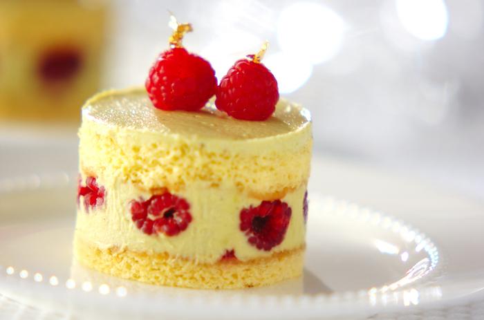 ひと口食べるとピスタチオの香りがふんわり広がる、フランボワーズのケーキです。キルシュの効いた大人の味わいは、特別な日にもぴったり。ふわっとしたジェノワーズ生地に重なるピスタチオクリームが口の中でとろけます。