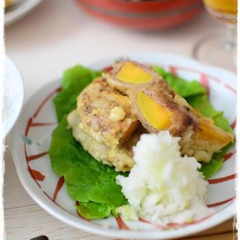 さつまいもの天ぷらは定番ですが、安納芋を肉巻きにするとボリューミーなおかずとして楽しめます。ほくほく甘く、大根おろしを添えてさっぱりといただきましょう。