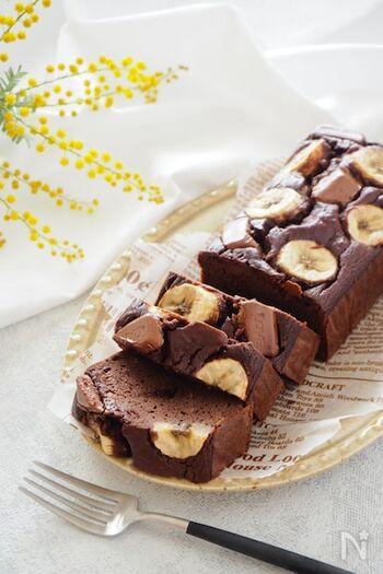 チョコ×バナナは間違いない組み合わせ!小麦粉の代わりにおからパウダーを使った、健康的なパウンドです。ココアと板チョコが入ることで、チョコの香りもしっかりして満足感がありますよ。