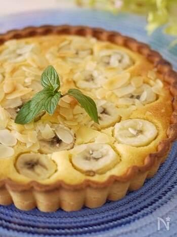 たっぷりのアーモンドクリームの上に、バナナを綺麗に並べたシンプルなタルトです。ちょっと手間のかかるタルト生地も、市販のものを使えば楽々!お菓子作り初心者にもおすすめです。