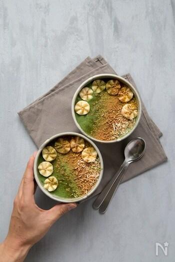 バナナやオートミールがベースのスムージーに、ココナッツやシナモンなどをトッピングした食べるスムージー。抹茶のほろ苦さやスパイスの香りが合わさり、複雑な味わいを楽しめます。