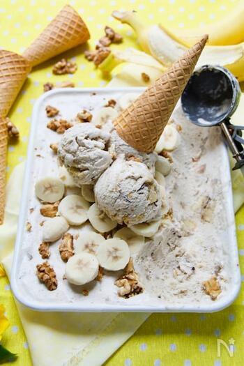 こちらは、クリーム系のアイスが好きな方にぴったり◎冷凍したバナナにホイップクリームを混ぜ、チョコレートをたっぷりかけた満足度の高いアイスです。まるでお店のようなアイスがお家で楽しめるのは嬉しい!