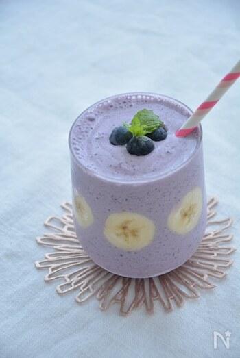 ブルーベリーの鮮やかな色が目を引くスムージー。バナナはブルーベリーの味を邪魔しない量を入れるのがポイントです。グラスの側面にバナナを張り付けると、写真映えする見た目に♪