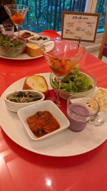 ランチタイムは3種類のコースのみ。1番人気の「前菜付きランチ」では、小さなスープやパンなどが彩り美しく盛り付けられた「6種前菜の盛合せ」がついてきます。バゲットやアヒージョなど、ひと皿ごとのおいしさを堪能しましょう。