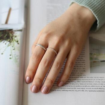 細身のリングで大人っぽい印象に。細いリングは指を華奢に見せてくれます。こなれ感もあり指も綺麗に見えるなんてまさに一石二鳥ですね。