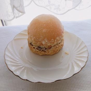 毎年人気の「ピーチパイ」は夏限定。1/2カットされた桃のおいしさが引き立つように工夫されているそう。サクサクのパイ生地の上にのった桃の中にはとろりとしたカスタードクリームがたっぷり入っていますよ。