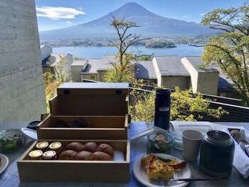 テラスでいただく贅沢な朝食は、富士山を目の前に食事をしながらも贅沢なアウトドア体験を楽しめます。焼き立てのパンの香りに包まれながら、リラックス感たっぷりの心地よい時間を過ごせるでしょう*
