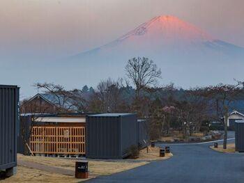 さまざまな表情を見せる富士山は、キャビンのどこからでも楽しめます。夜はハンモックに揺られながら、満点の星空を眺めるのもおすすめの過ごし方。  ヨガや洞窟・樹海探検、熱気球体験など、アクティビティも数多く用意されているので、お好みの滞在プランを計画するのも楽しみの一つになりそうですね*