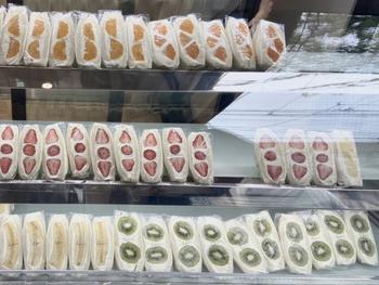 全国の農家さんから取り寄せた旬の果物を使ったフルーツサンドは、コクのあるクリームと合わせることで、カラフルな断面が引き立つフォトジェニックな見た目に。「キウイ」「パイン」など8種類ほどがショーケースに並んでいますよ。