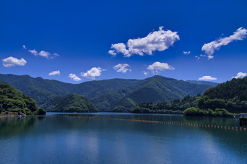 小河内ダムが造られたときに誕生した人造湖「奥多摩湖」。豊かな水をたたえる湖面に山や木々が映る様子は、まるで絵画のよう。いつ訪れても静寂に包まれ、涼しさだけでなく心のリフレッシュもできそう。