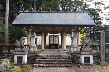 森のなかにひっそりと佇む神社は、厳かな空気が流れ神聖な気持ちになります。首都用水の守り神としても祀られているんですよ。
