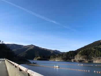 1957年に建設された「小河内ダム」は、奥多摩町を含む山梨県丹波山村、小菅村及び甲州市の4市町村にまたがる大きなダム。総貯水量は1億8,000万トンもあり、都民が利用する水の約2割をここから供給しています。標高530mの場所にあるので、都心にくらべ気温が低く夏でもひんやりとしています。