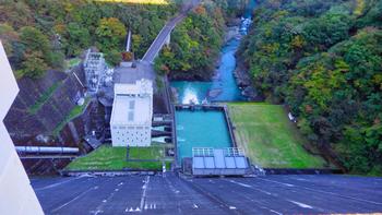 ダムの真上にある展望塔にも、ぜひ足を運んでみてはいかがでしょうか?東側からはダムの100m下まで見えたり、西側から豊かな水が美しい貯水池が一望できます。