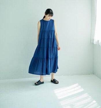 夏らしくて、秋らしい。涼しくなっても着回せる「青色」アイテム&コーデ