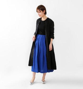 女性らしい上品なスカート。ウエスト部分にさりげなくついているリボンは、かわいいだけでなくサイズ調整にも役立ちます。足首がちょうど見えるくらいの丈感が、すっきりしたスタイルを叶えます。