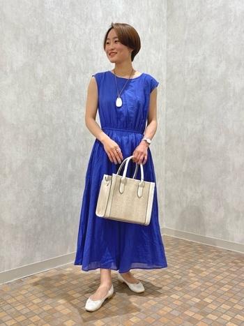 きちんと感のあるワンピースも、青色を選べばぐっと夏らしく着こなせます。白の小物を効かせたことで、より青の鮮やかさが引き立ち、統一感のあるコーディネートに仕上がっていますね。