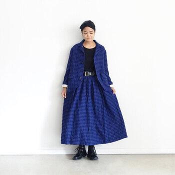 青色のギンガムチェックは、華やかながらも落ち着いた雰囲気があります。他のアイテムを黒でまとめることでコーディネートが引き締まり、袖に覗かせた白色が抜け感をつくっていて素敵な着こなしです。