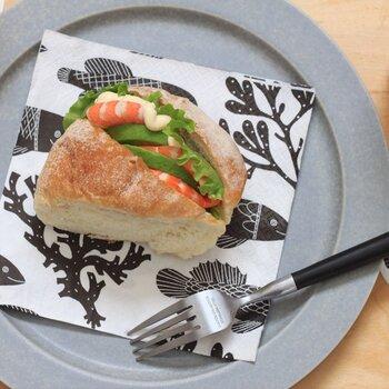 ほんわかした作風が人気の陶芸家「鹿児島睦」さんがデザインした魚モチーフのペーパーナプキン。印象の異なるモノトーンとパステルカラーの4柄がセットになっています。パンや焼き菓子、カトラリーに添えるだけで、いつもの食卓が華やかに変身しますよ。  価格:660円
