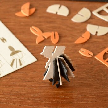 オーナメントカードは切り込みが入っていて、スリットに差し込むように組み立てます。特別な文房具は要りません。